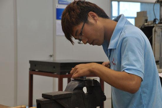 在ahk-上海,健雄职业技术学院专业技术工人培训中心考察
