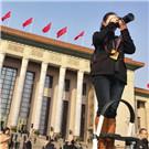 """第8期:两会报道看新闻人""""脚力眼力脑力笔力"""" 部长通道、代表通道、委员通道通达民意、道出民心,各团组开放日大气包容、笑迎四方。总理记者会、外长记者会纵览全局、阐释中国大政方针。"""